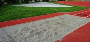 RENSLIGHET: Det er lagt gras i området ved hoppegropa og kuleringen er i vekst. Grasets hensikt er å gjøre det mest mulig renslig inntil det flotte friidrettsdekket.