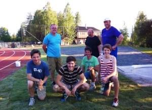 DUGNADSGJENG: Her er noen av dem som deltok på de to dugnadene denne uka samlet etter at graset var på plass torsdag kveld.