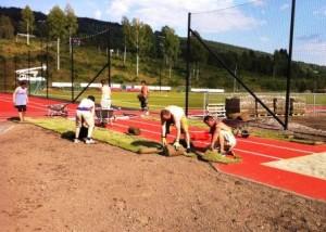 RENSLIG OG PENT: 360 kvadratmeter ferdigplen gjør at det er renslig og pent inntil det nye friidrettsanlegget.