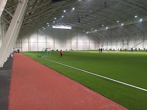 Valdres Storhall har kunstgressbane i full størelse og tartandekke for friidrett på alle fire sidene.