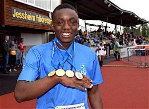 Josue med sine tre gull og en sølvmedalje fra Ungdomslekene 2016 på Jessheim.