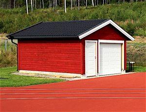 Slik framstår nå, nybeiset, redskapshuset for friidrettsutstyr i idrettsparken.