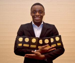 Josue Kongolo med sju plaketter for å ha prestert 1000 poeng og mer på Tyrvingtabellen i hele sju øvelser i G14.